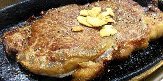 【衝撃】立ち食いそば屋に「サーロインステーキ」があったので注文してみた結果! 立ちそば放浪記第108回:新宿『とらそば』 | ロケットニュース24