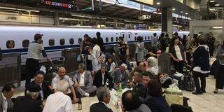 停電で動かなかった東北新幹線、客はホームで宴会を始めて楽しんでてワロタ:キニ速