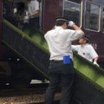 緊急停車していた阪急電車、シートを利用したふかふか脱出シューターで乗客が無事避難 – Togetter