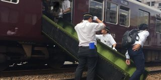 緊急停車していた阪急電車、シートを利用したふかふか脱出シューターで乗客が無事避難 - Togetter