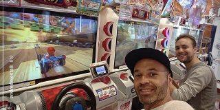 【悲報】元バルセロナのイニエスタさん、神戸のゲームセンターで発見される:キニ速