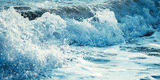 波を1/8000秒で止めてみたらまさに北斎の浮世絵そのものが写し出されて感激「北斎にはこれが見えてたのか」 - Togetter