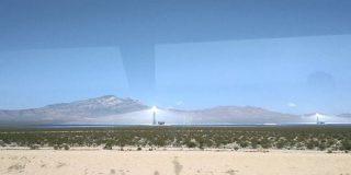 カリフォルニアにあった太陽光発電所、大量の鏡が一点に光を集中させてる見た目がヤバい - Togetter