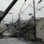 台風21号の猛威により関西各地が崩壊「布団が吹っ飛ぶ」「京都駅天井崩落」「ガチャガチャが猛ダッシュ」など – Togetter