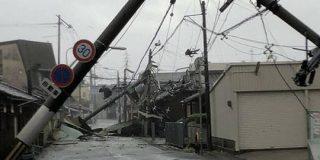 台風21号の猛威により関西各地が崩壊「布団が吹っ飛ぶ」「京都駅天井崩落」「ガチャガチャが猛ダッシュ」など - Togetter
