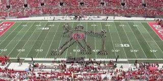 オハイオ州立大学のマーチングバンドがクイーンの楽曲を演奏!その工夫と演技に感動の声が集まる - Togetter