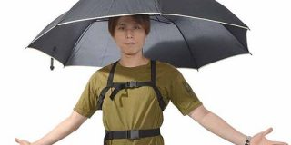 手を使わないでさせる傘!その名もズバリ『背中んブレラ』(まんまやんけ!)|ITライフハック