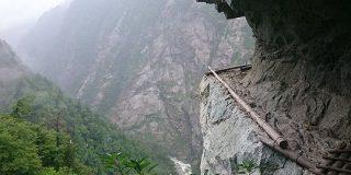 ダムを作るための調査道として大正9年に開通した断崖絶壁の道がなんかすごい「こ、怖ぇ」「中国奥地かと思ったら」 - Togetter