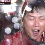 【広島カープ三連覇】今年で引退する新井さんのビールかけでの様子をご覧ください「溺れそう」「愛されっぷりがすごい」 – Togetter