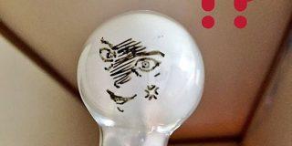 妻に『電球がキレた』と伝えるため電球に描いた絵が完全に例のヤンキー漫画だった「『待』ってたぜ!手にとってもらう『瞬間(とき)』をよォ!」 - Togetter