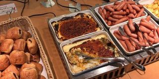 サイゼリヤには『ビュッフェ』が楽しめる店舗がいくつかあるらしい…!「普通にピザとドリアとドリンクバー頼んだらビュッフェの値段になるのバグだよな」 - Togetter