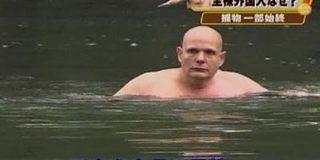 なぜか「皇居のお濠を泳いでいた自称スペイン人40歳おじさん(英国籍)」の画像が流行る世界へようこそ…泳いだ理由を語る人も - Togetter
