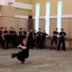 【動画】コサックダンスを極めるとこうなる「上半身が全く動かない」「浮いてる?」 – Togetter