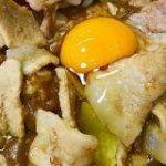 【横浜】ガッツリ過ぎる「スタミナカレー」は1度食べたらヤミツキ必至!生姜焼きと卵がドーンと乗って激烈ウマい! | ロケットニュース24
