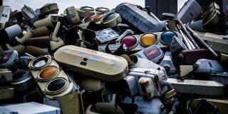 廃棄され集められた信号機の墓場がエモすぎると話題に「うわぁなんか好き」「何か生まれそう」 - Togetter
