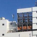 河合塾名駅校の隣のビルが解体された結果、高さを水増しして建てられていたのが露わになってしまった様子がこちら「現代の看板建築」 – Togetter