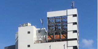 河合塾名駅校の隣のビルが解体された結果、高さを水増しして建てられていたのが露わになってしまった様子がこちら「現代の看板建築」 - Togetter