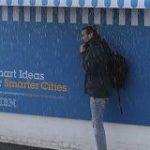 パリの街に設置されたIBMの広告、ちょっとのアイデアで人の役に立つデザインが話題に!ただの広告に収まらないのがすごい – Togetter
