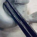 陶芸家の母に『不遇なフグ』の箸置きを作ってほしいと頼んだらとても良いぶぎゅる具合のやつが出来上がった – Togetter