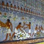 エジプトで発見された4400年前の壁画がプラモ屋さんの通路に見えると話題に「王の積みプラの様子を描いた壁画ですね」 – Togetter