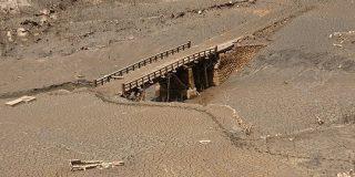 貯水率ゼロとなった宇連ダムの底におよそ60年ほど前の木造の橋の姿が「かつて、生活があったんだなぁ」 - Togetter