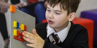 レゴブロックの突起が点字になった「LEGO Braille Bricks」が登場 - GIGAZINE