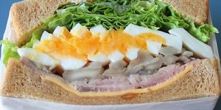 絶対に「断面萌え」してしまう……ぶ厚すぎるサンドイッチが近所で大評判のサンドイッチ専門店 - メシ通