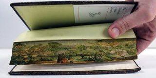 一見普通に見える本の断面だけど、ページを少しずらすと現れる「小口絵」がロマン溢れる!古い洋書とかに見られる粋な芸術です - Togetter