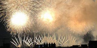 花火大会を見てる五人組のシルエットがエモいな…と思って写真に撮ってたけどよく見たら全然違った「これは妄想捗る」 - Togetter