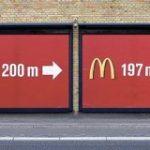 「ジョークに見えて、計算し尽くされたアイデア」同じような案内板を2枚重ねることで通行人の目に留まるようになる広告がスゴい – Togetter