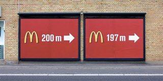 「ジョークに見えて、計算し尽くされたアイデア」同じような案内板を2枚重ねることで通行人の目に留まるようになる広告がスゴい - Togetter