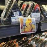 海外の日本食スーパーのおにぎりにこんなアニメのポップがついていたよ、というお話「なるほど」「考えた人頭いいな」 – Togetter