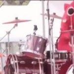 クイーンのブライアン・メイ、にゃんごすたーのドラム演奏映像を共有 「久しぶりにビデオを見て大声で笑った。素晴らしい」 – amass