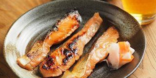 秋の至福「秋鮭のにんにくみそ漬け」をみそ床なしで作る方法が腑に落ちた【筋肉料理人】 - メシ通
