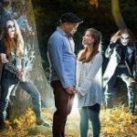 婚約写真の撮影で森にきたカップルがメタルバンドと遭遇→記念の一枚がこちら「ホラー映画かな」「最高でしょ」 – Togetter