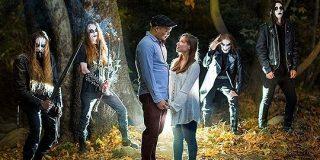 婚約写真の撮影で森にきたカップルがメタルバンドと遭遇→記念の一枚がこちら「ホラー映画かな」「最高でしょ」 - Togetter