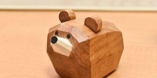 函館空港内の土産屋で売ってる「木彫りのクマ」、普通の木彫りのクマとは一線を画すかわいさで話題に「これならほしい」「函館行くか」 - Togetter