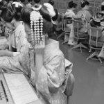 およそ50年前の仕事始め、着物姿の電話交換手が「サイバーパンクみ」→「仕事始めに着物」文化などに思いを馳せる – Togetter