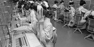 およそ50年前の仕事始め、着物姿の電話交換手が「サイバーパンクみ」→「仕事始めに着物」文化などに思いを馳せる - Togetter