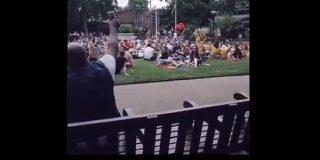 ボン・ジョヴィを公園で大声で歌う男性 曲が進むにつれ一緒に歌う人が増え、サビでは大合唱が起きる - amass