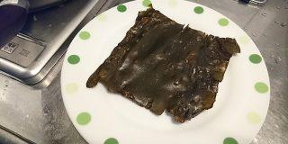 出汁を取った後の昆布にはまだまだたくさんの栄養が入っているので、水気を取りみりんを塗って焼くとパリパリして美味しい→昆布を味わいつくすレシピが集う - Togetter