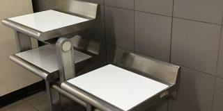 「なんやねんこれ…」都営地下鉄に設置された『イスではありません』と書かれたイスのような物体、使い道は何だったのか? - Togetter