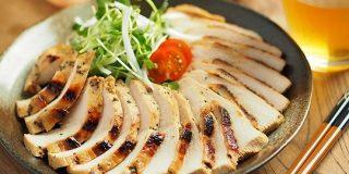 鶏むね肉を「タバスコとぽん酢しょうゆ」に漬けたら辛い!ウマい!ビールに手がのびる【筋肉料理人】 - メシ通
