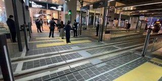 サイバーパンク感の中に日本を感じる…富山駅南北を貫通接続する路面電車が開通、通路が点滅する構内踏切が近未来感 - Togetter