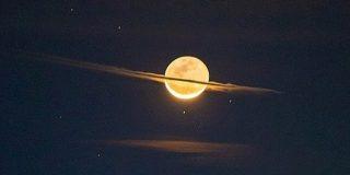 夜空に「土星そっくりな月」が出現!なぜ月に輪っかが?   ナゾロジー