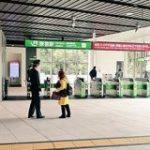 駅舎が新しくなったばかりの原宿駅、でも自粛で人がいなさすぎてどこかで見たことある感じになってる「それっぽさすごい」 – Togetter