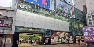 あれだけ賑やかだった渋谷の広告が消えて、真っ白になりかけてる……「経済への打撃エグい」→寂しいので空白にコラで広告を出す人も - Togetter