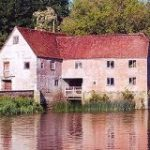 コロナ禍による小麦粉不足で「千年前の水車」が大活躍!(英国) | ナゾロジー