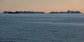 行き場失ったクルーズ船、マニラ湾に群れなし停泊 - ロイター