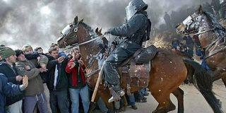 先進国でも騎馬警官がいる国は少なくはなく、「高い視点からよく観察できる上、暴動鎮圧には強力だ。」と言われて、納得した - Togetter
